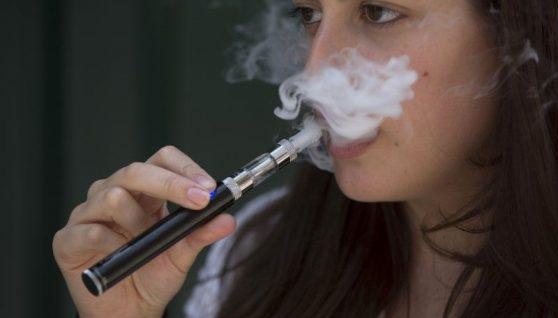 Рада заборонила продаж електронних сигарет дітям до 18 років