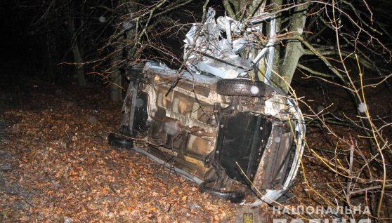 На Вінниччині у ДТП розбився автомобіль: двоє молодиків загинуло, 7-річну дитину рятують, деталі
