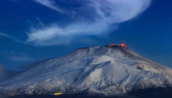 На Сицилії прокинувся вулкан Етна: лава вистрілювала в небо на кілька сотень метрів