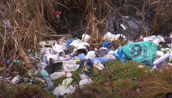 Село на Франківщині оточують сім стихійних сміттєзвалищ. Відео
