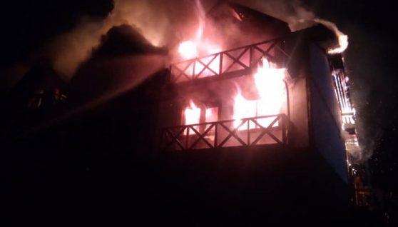 На Прикарпатті вночі загорівся готель: від пожежі врятували 25 туристів