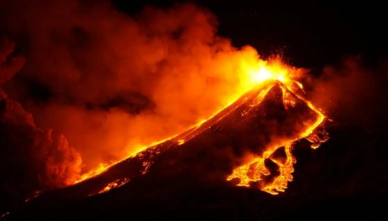 В Італії раптово активізувався вулкан Етна: фото та відео вогняного виверження