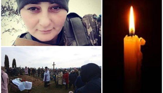 Маленькі дітки сльозами заливають домовину матері, все село її проводжало на колінах: молода жінка загинула на війні