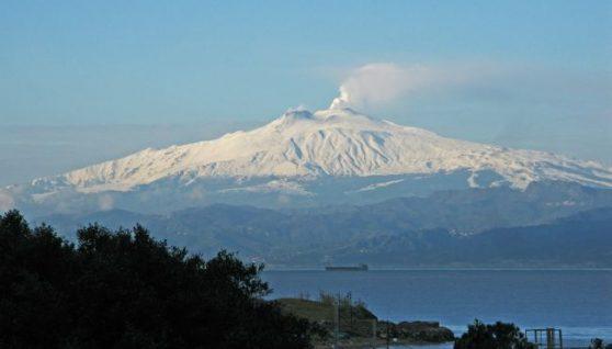 В Італії зростає активність вулкана Етна. Влада оголосила попередження