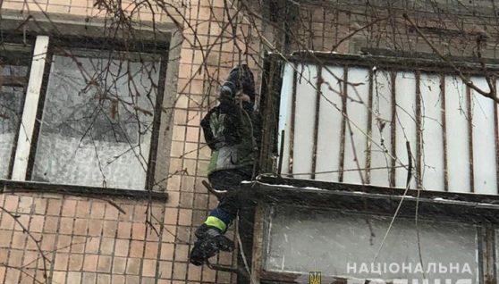 Повис на 12-метровій висоті: в Тернополі дитина ледь не зірвалась з балкону