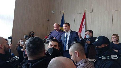 """У Черкасах депутати організували """"перекладача"""" колезі, який не спромігся виступити українською"""