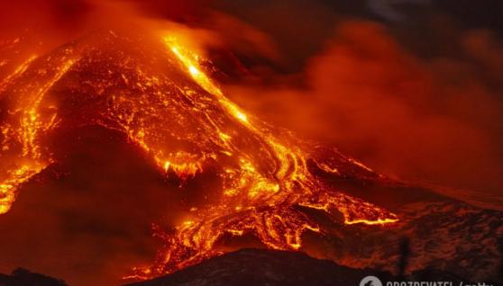 В Італії розбушувався вулкан Етна: з'явилися нові кадри вогняного пекла