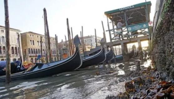 У Венеції пересохли знамениті канали, вулиці спорожніли. Відео