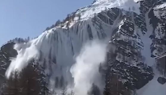 В італійських Альпах потужна лавина повністю засипала озеро (відео)