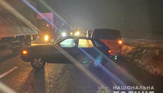 На Тернопільщині чоловіка посеред дороги збило одразу три авто