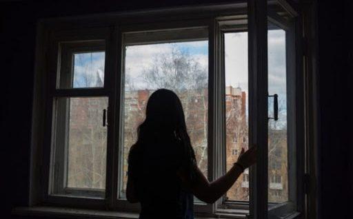 У Києві 15-річна дівчина вистрибнула з вікна